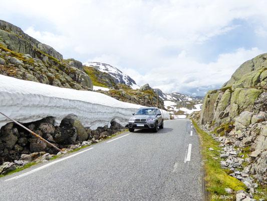 Auf den Bergpässen der Landschaftsroute Ryfylke kann selbst im Frühsommer (hier 2014) noch autohoch Schnee am Straßenrand liegen