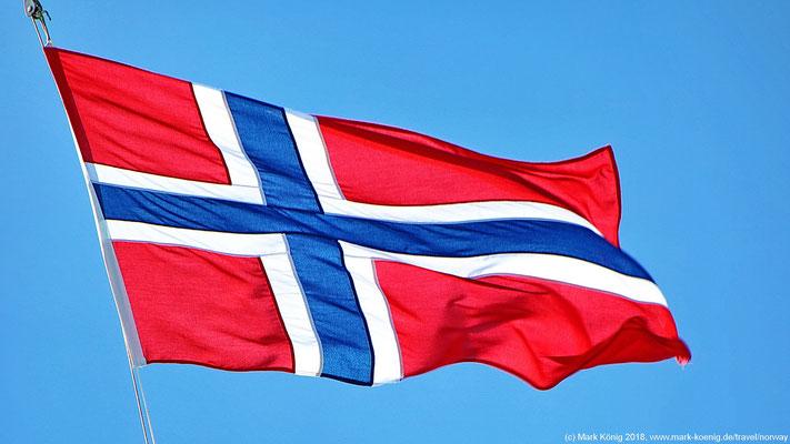 Die Fahne Norwegens vor blauem Himmel.