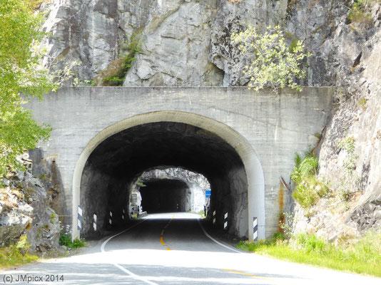 Kurzer Tunnel mit direkter nächster Tunneleinfahrt dahinter.