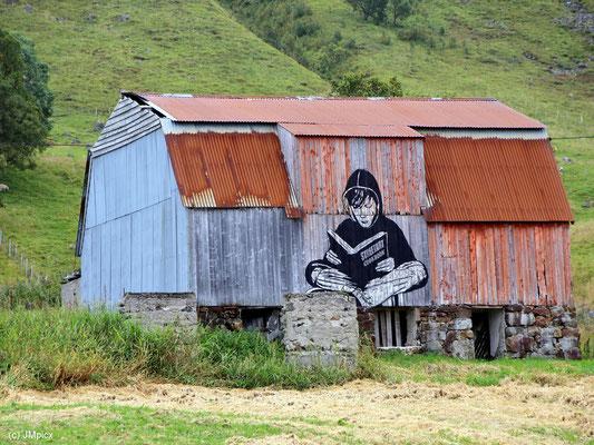 Bemerkenswerte Streetart-Zeichnung auf einer Scheune auf Andøya