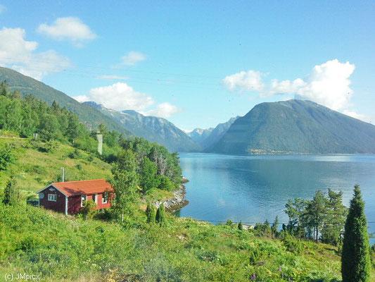 Wundervoll milder Morgen am Sognefjord (Landschaftsroute Gaularfjellet)