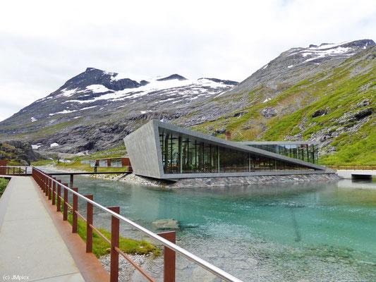 Das Trollstigen Center an der Landschaftsoute Geiranger - Trollstigen ist in modernem Design erbaut (Turistveger)