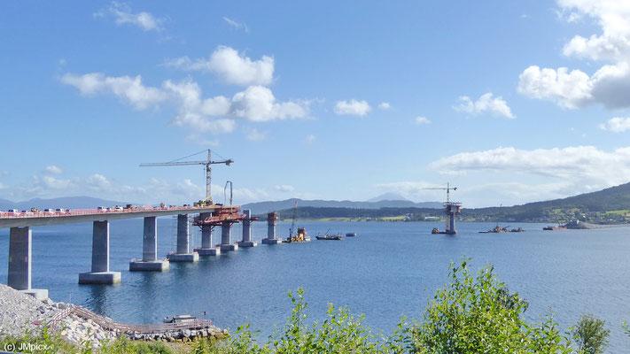 Die Brücke über den Tresfjorden bei Vestnes war 2014 noch im Bau