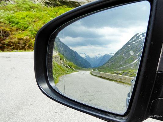 Der Blick in den Rückspiegel kann bei tollem Motiv auch ablenken (hier Straße 258 zwischen Stryn und Grotli)