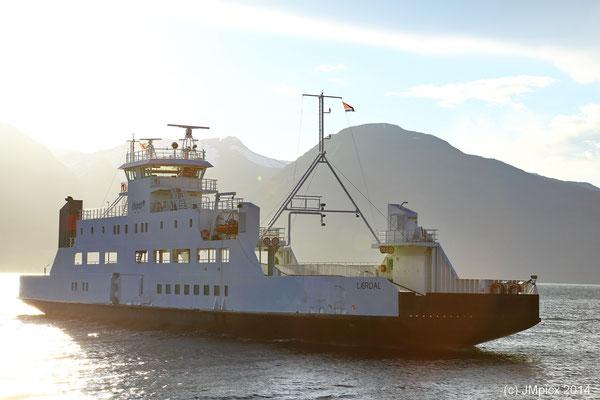 Fährschiff Laerdal im Abendlicht kurz vor dem Anlegen in Vangsnes (aus Dragsvik)