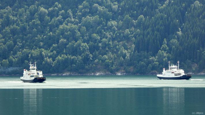 Die beiden Fähren der Verbindung Elsdal - Linge begegnen sich im dunkel-türkisblauen Norddalsfjord