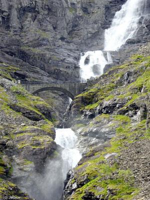 Die bekannte Steinbrücke Stigfossbrua führt am Trollstigen auf halber Höhe nah an einem Wasserfall vorbei