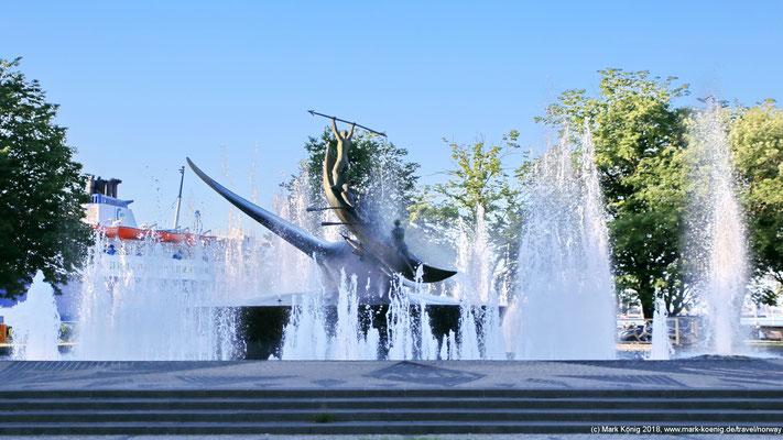 Sandefjords Vergangenheit als Walfang-Stadt wird eindruckvoll in der Springbrunnen-Skulptur Hvalfangstmonumentet dargestellt.