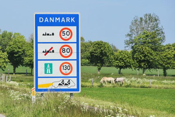 Dänisches Hinweisschild auf Tempolimits und Tagfahricht