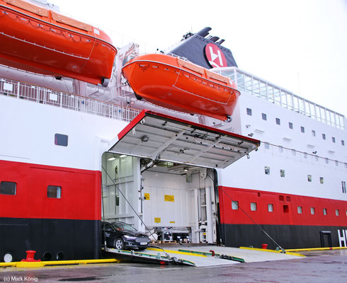 The lateral loading lamp is already opened when a coastal vessel lands, in order to be able to unload first