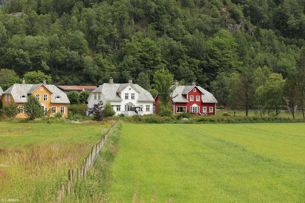 Drei Häuser in Ryfylke zeigen die typischen Farben für alleinstehende Häuser der Region: gelb, weiß und rot