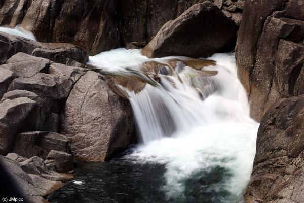 Kleine Wasser-Kaskade: Oberhalb von Sauda führt die Landschaftsroute Ryfylke durch ein Tal mit einem bewegteren Flußlauf