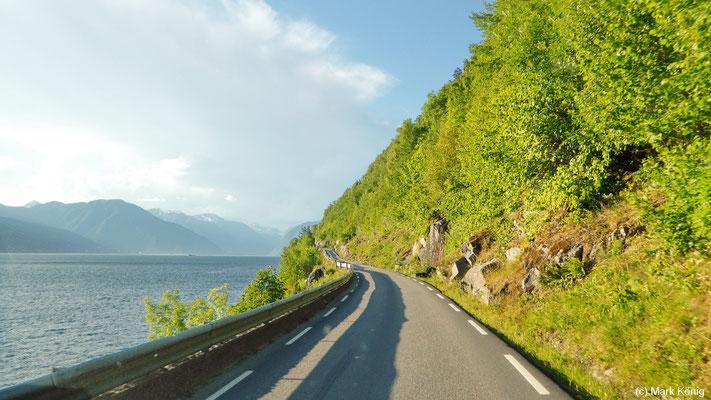 Die Straße 13 am Sognefjord südlich von Vangsnes ist sehr eng und in Kurven unübersichtlich
