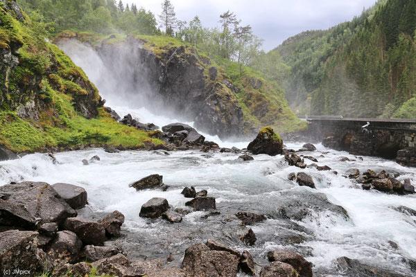 Beide Wasserfälle des Låtefossen fließen in ein Becken und von dort in einen Fluß