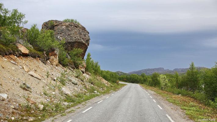 Selten sind Risiken so klar erkenntlich wie dieser Fels über dem Rv886 nah der russischen Grenze (Finnmark)