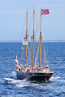 Heckansicht des historischen Segelschiffs Svanen, dass mit Motor nahe dem schwedischen Hafen Strömstad am 28. Juni 2018 nach Norden fährt.