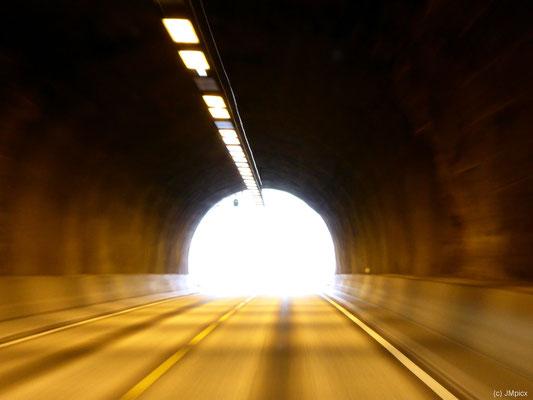 Auch tief stehende Sonne gehört in Norwegen zu den Bedingungen und kann am Ende eines Tunnels kurz die Sicht nehmen.