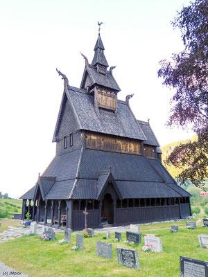 Stabkirchen sind typisch für Norwegen und verbinden wie hier die Hopperstad Stavkyrkje bei Vikøyri häufig Elemente aus Christentum und Volksglauben