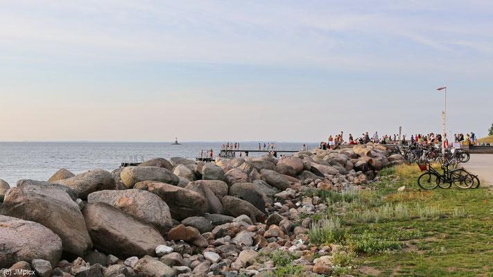 """Junge Menschen feiern am Abend an der Küste des """"Scaniaparken"""""""