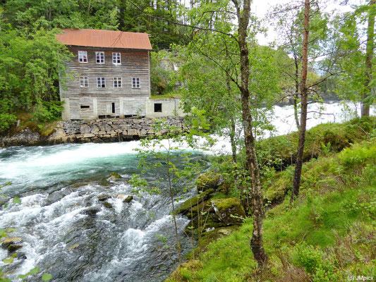 Viele Flüsse speisen die Fjorde mit Wasser, hier ein Haus an Stromschnellen auf der Landschaftsroute Gaularfjellet