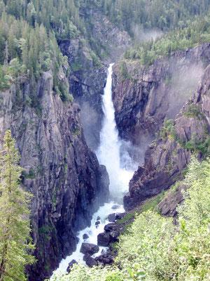 Der 104 Meter hohe Wasserfall Rjukanfossen (bearbeitete Aufnahme, Original: Gustavsen)