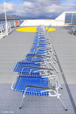 """Eine Reihe Sonnenstühle auf dem Sonnendeck des Postschiffs """"MS Kong Harald"""""""