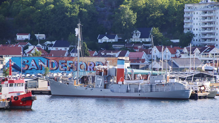 A former whaling boat is still laying in the harbour - today as a museum ship.