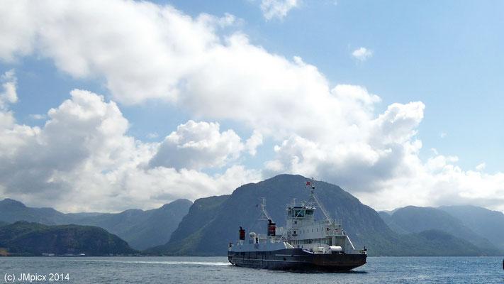 Ein Fährschiff der Verbindung Lauvvik - Oanes auf dem Fjord Richtung Lauvvik