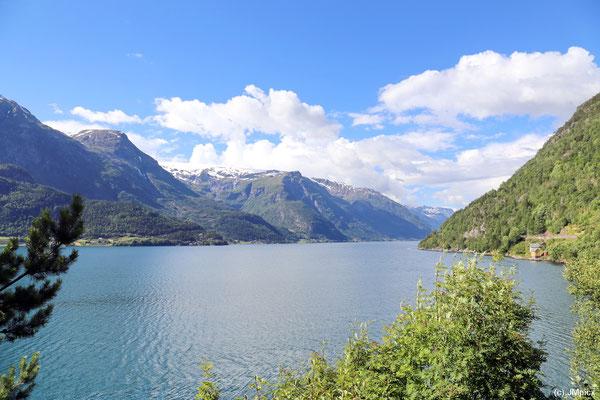 Der enge Sørfjord ist an beiden Ufern befahrbar und sehr mild (Landschaftsroute Hardanger)