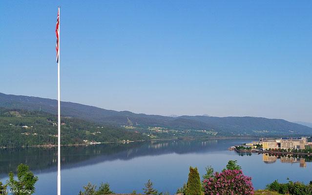 Blick am Morgen über die spiegelnde See-Oberfläche der Stadt Notodden