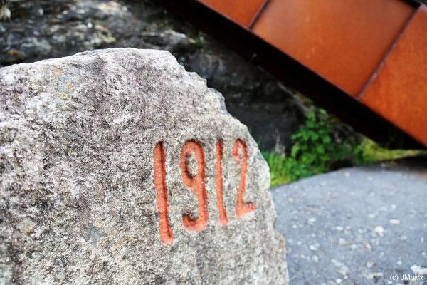 Worauf die in einen Stein gemeißelte Zahl 1912 (z.B. das Jahr) neben dem Wasserfall Svandalsfossen hinweist, ist nicht klar