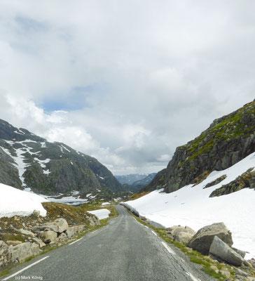 Eine bergab führende schmale Pass-Straße in Norwegens Fjordland