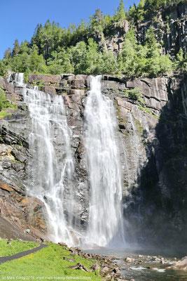 ... vorbei an zahlreichen beeindruckenden Wasserfällen wie hier dem Skjervsfossen (Tag 6) ...