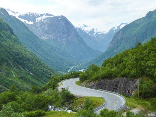 Das Musterbeispiel einer S-Kurve zeigt die Straße 15 zwischen Stryn und Geiranger (nahe Gamle Strynefjellsvegen)