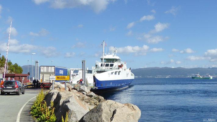 LKW und Autos fahren auf die Fähre von Vestnes nach Molde
