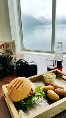 Burger im Bord-Restaurant mit vorbeiziehender Aussicht