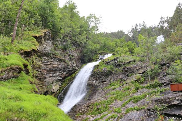 Der Wasserfall Svandalsfossen hat mehrere Teile, hier eine Ansicht von unten mit dem oberen Teil im Hintergrund