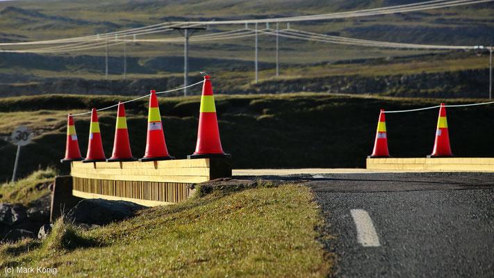 Eine im Jahr 2016 neu gebaute kleine Holzbrücke auf der Landschaftsroute Varanger (Fv341) mit Pylonen statt Geländer