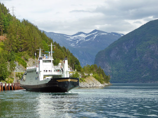 Fähre der Linie Eidsdal - Linge über den Norddalsfjord mit Bergkulisse (Landschaftsroute Geiranger - Trollstigen)