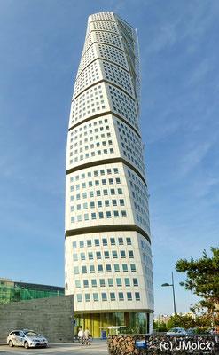 Der Turning Torso in Malmö ist ein ungewöhnliches Hochhaus und Wahrzeichen