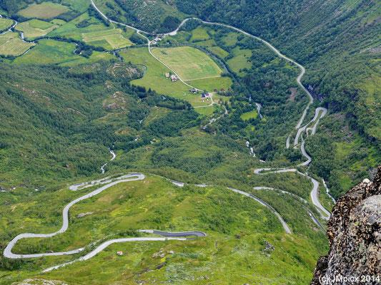Detail-Ansicht der Serpentinen, die von Geiranger am Flydalsjuvet vorbei führen