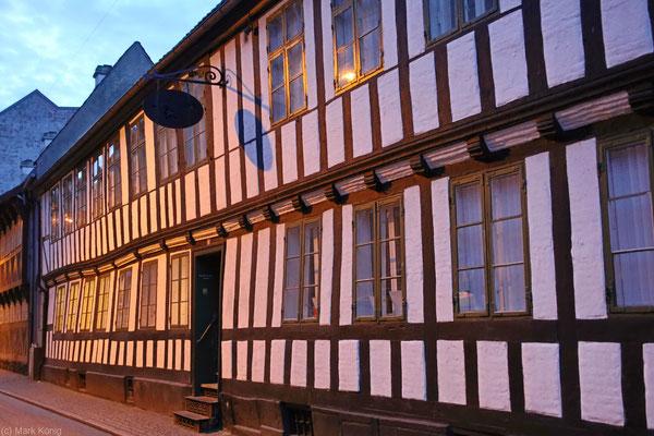 Ein altes dänisches Fachwerkhaus in der lebendigen Stadt Aarhus (Jütland)