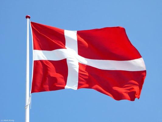 Dänische Nationalflagge weht im Wind
