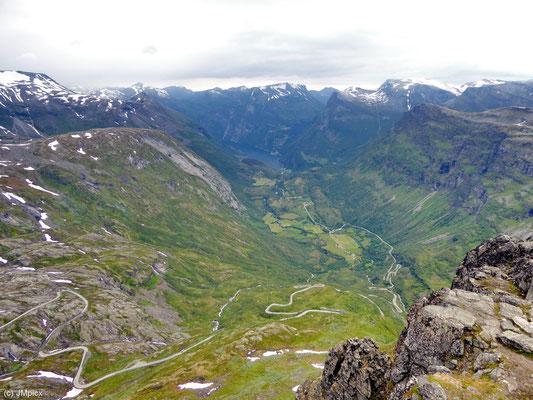 Blick vom Berg Dalsnibba auf Geiranger, Flydalsjuvet, den Fjord und die umliegenden Gipfel