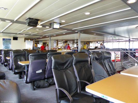 Innenraum mit Sitzen und Tischen der ersten Klasse auf der Fähre Fjord Cat von Hirtshals nach Kristiansand