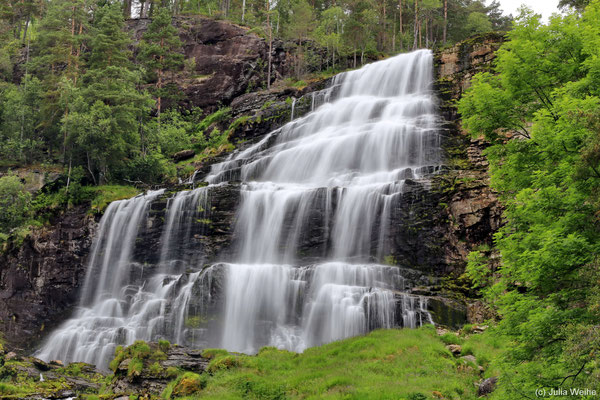 Der Wasserfall Svandalsfossen an der Landschaftsroute Ryfylke fliesst in mehreren Kaskaden ins Tal