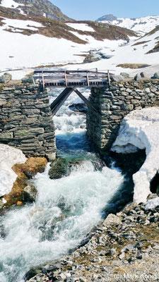 Alte Stein- und Holzbrücke über einen Eisbach neben der E134 (Haukelivegen in Telemark und Hordaland)