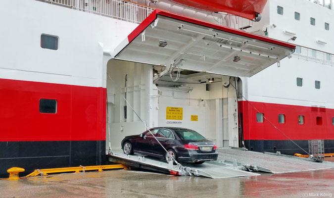 """Autos werden einzeln von der Seite über die Laderampe beladen, hier das Postschiff """"MS Nordkapp"""" in Kirkenes"""