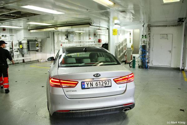 """Mein Mietwagen im Autodeck der """"MS Kong Harald"""" - geparkt wird der Wagen von Mitarbeitern des Schiffs"""