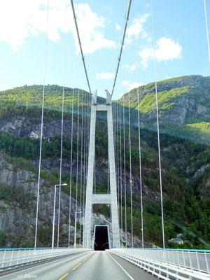 Die Hängebrücke Hardangerbrua über den Hardangefjord führt direkt in ein Tunnelsystem hinein